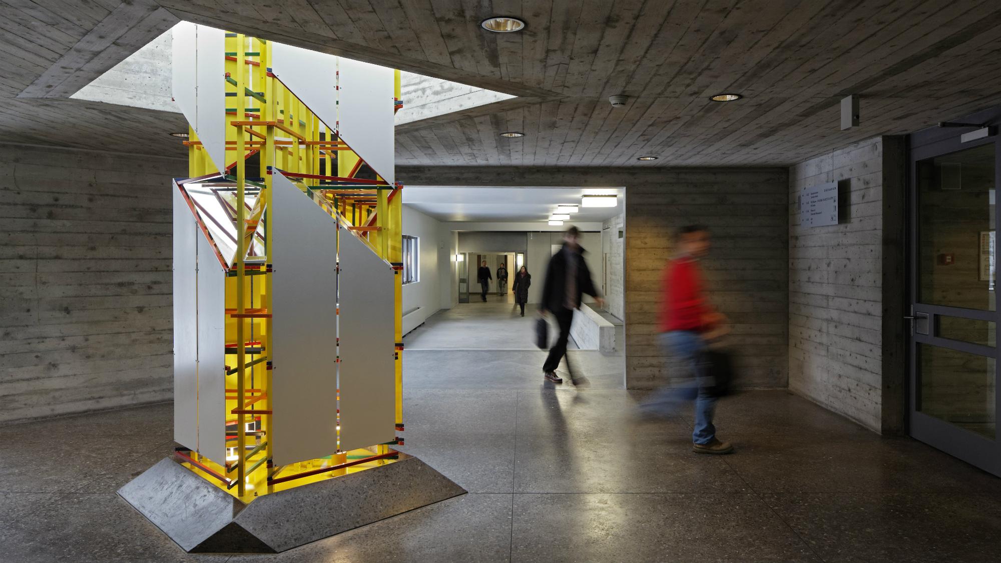 Kunstsaeule im Hauptgebaeude der Universitaet St.Gallen (HSG)
