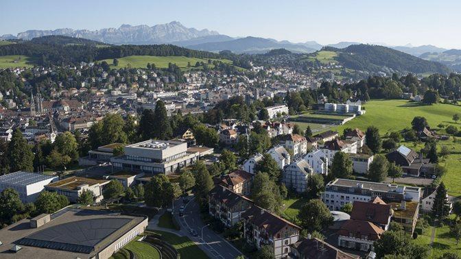 Luftaufnahme des Bibliotheksgebaeudes und des Hauptgebaeudes der Universitaet St.Gallen (HSG)